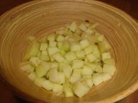 Apfel schälen und in kleine Stücke schneiden.