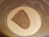 Brotscheiben beidseitig in der Ei-Sahne-Mischung tunken und schwenken.