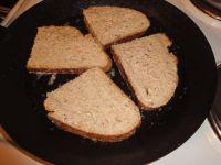 Das vollgesogene Brot in einer Pfanne ausbacken.