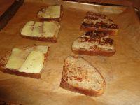 Die French Toast mit Käse belegen. Zustäzlich kann man noch Schinken, Speck, Lachs oder Avocade hinzufügen.