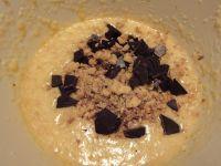 Gehackte Walnüsse und Schokolade hinzugeben.