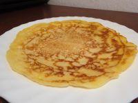 Der fertige Blini ähnelt stark einen Pfannkuchen, unterscheidet sich jedoch stark in der Konsistenz: luftig, dünn, fest und knusprig zugleich.