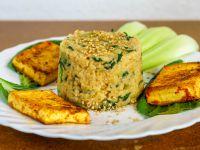 Bok Choy Reis mit gerösteten Sesam garnieren. Dazu passt zum Beispiel gebratener Tofu.