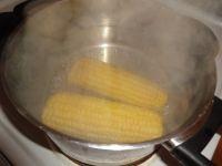Maiskolben kochen.