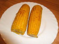 Maiskolben im Ofen oder offenen Feuer leicht grillen.