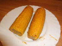 Abschließend Maiskolben mit der Mayosauce großzügig bestreichen.