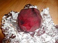 Grotesk! Die gebackene rote Beete errinnert geschält an ein Organ.