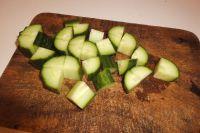 Gurke kleinschneiden und salzen.