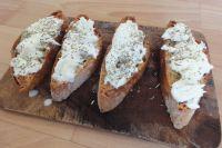 Das gebackene Chiabatta mit Käse betreichen. Anschließend mit Kräutern und Salz würzen.