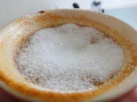 Etwa 1 TL feinen Zucker über die Kürbiscreme verteilen. Anschließend den Zucker mit einen Brenner karamellisieren.