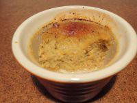 Kürbisbrûlée ohne Wasserbad wird im Ofen deutlich fester. Es wird dem Vorbild Crème Brûlée damit eher gerecht, wie ich finde.