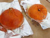 Kürbis halbieren und Kerne herauskratzen. Die Hälften dann auf Alufolie im Ofen backen.