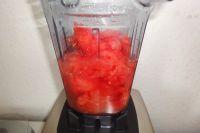 Melone halbieren, auslöffeln und das Fruchtfleisch im Mixer zu einer feinen Flüssigkeit verarbeiten.