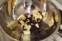 Butter und Schokolade über ein Dampfbad zum Schmelzen bringen.