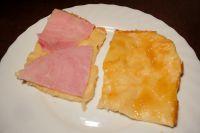 Ofenpfannkuchen mit Marmelade und Schinken.