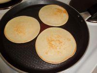 Pancakes in der Pfanne von beiden Seiten ausbacken.