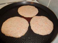 Möhren-Pancakes in der Pfanne ausbacken.