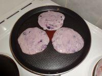 Blaubeer-Pancakes in der Pfanne ausbacken.