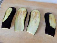 Aubergine in etwa 1 cm dicke Scheiben schneiden, so dass sowohl Ober- als auch Unterseite von der Schale befreit sind.