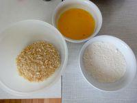Alles bereit zum Panieren: Mehl, verquirltes Ei und Semmelmehl.