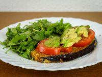 Panierte Aubergine mit Tomate und Avocado