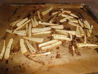 Pastinaken einmal wenden und weiterbacken bis knusprig.