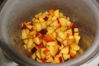 Pfirsichstücke aufkochen.