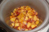 Zum Schluss die Pfirsiche entweder pürieren oder mit einem Kartoffelstampfer zerkleinern.
