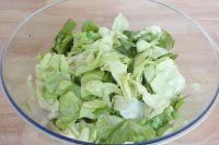 Die Salatblätter aus ihren Eisbad befreien, sehr gut abtropfen und in eine trockene Schüssel geben. Anschließend die Blätter im Dressing schwenken. Zum Schluss Pfirsich-, Walnuss- und Käsestücke unterheben.