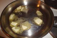 Butter in einer großen Pfanne zum Schmelzen bringen.