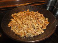 Beliebige, kleingehackte Nüsse in einer Pfanne ohne Fett anrösten.