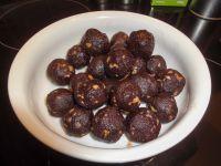 Die Kakaomasse im Kühlschrank stellen, bis sie fest ist. Mit einen Teelöffel kleine Portionen ausstechen und mit den Händen zu Kugeln formen.