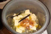 Butter im Kochtopf mit Backkakao (fehlt hier auf den Foto), Wasser und Salz zergehen lassen. Optional Vanille, Zimt oder Chili hinzugeben.