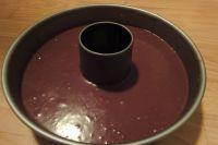 Den Teig in eine beliebige Backform gießen. Die Backform sollte aus einen Teil bestehen, damit der flüssige Teig nicht durch die ritzen läuft.