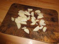 Knoblauch schälen und in dünne Scheiben schneiden.