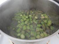 Spargelstücke kurz in Salzwasser kochen.