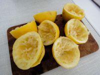 Zitronen pressen.